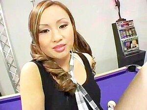 Tia Tanaka ในเครื่องแบบนักเรียนของเธอ