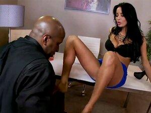 ผู้หญิงสวยธุรกิจ Anissa Kate จับงานสีดำของเธอกระตุกควยใหญ่ ๆ ของเขาที่ทำงานของเขา เธอเรียกเขาให้รู้ เธอต้องการแสดงซึ่งเขาสามารถความสุขจริง