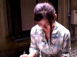 สาวเอเชียน่ารักได้รับการถ่ายทำ โดย voyeurs, Downlblouse วิดีโอ voyeur ตรงไปตรงมาของหญิงเล็กเอเชียกระพริบชุดชั้นในของเธอที่สัมภาษณ์งานปลอม
