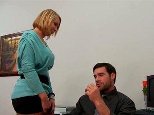มอนโรกระโปรงชาร์ลส์เดระใน Office ซน กระโปรงทำงานขายธุรกิจ และชาร์ลส์เป็นหนึ่งในพนักงานของเธอ ในขณะที่การหยุดพักกลางวันด่วน เธอ overhears แปลกบทสนทนาระหว่างชาร์ลส์และไคลเอนต์ที่อาจเกิดขึ้น เขาพูดจาดูหมิ่นไคลเอนต์นั้นซ้ำ ๆ และการเห็นกระโปรงที่ชาร์ลส์ หลังจา