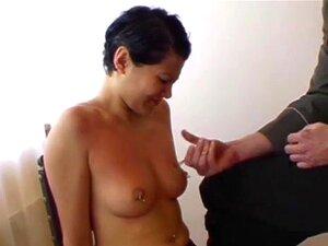 FetishNetwork ภาพยนตร์: ปวด Mania เยอรมันเพิ่มเติมความเจ็บปวดดอกนัก Raquel เป็นจุดเด่นในวิดีโอ BDSM ประสิทธิภาพความเจ็บปวดนี้ตื่นตาตื่นใจ การ interrogator แถบเธอลง และ gropes นมหุ่นดีของเธอ บีบพวกเขาจนกระทั่งเธอ gasps และเธอจะกลัวเธอความเธอกับแคลมป์ ได้รั