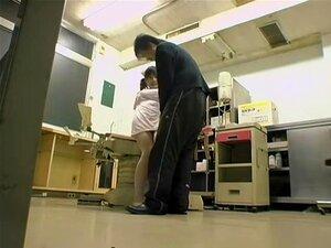 พยาบาลซนไม่อมมืออาชีพในภาพยนตร์แพทย์ร้อน ซากิเป็นพยาบาลญี่ปุ่นที่ adores จะดูแลเธอสับยากผู้ป่วย ในวิดีโอนี้แพทย์ เธอใช้ลิ้นของเธอค้อนไขมันของโท และเลีย ด้วยหื่นจนเขาสำเร็จความใคร่
