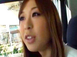 สาวเอเชียดูด และ fucks เธอนั่งหลังของรถ