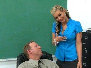 ทารก busty วัยเกย์ในห้องเรียน ทารกสีบลอนด์กระดุมใหญ่วัยหนวดเย็ดเย็ดในห้องเรียน