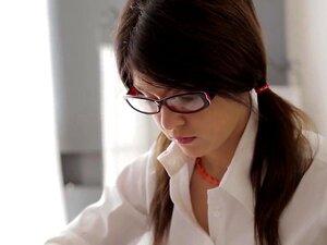 ดาราหนังโป๊เงี่ยนในร้อนแรงที่สุดในทวีปยุโรป ที่หน้าภาพ แม็คเคนซี่เป็นนักเรียนที่ทำให้แน่ใจว่าจะได้รับของเธอทำการบ้านเสร็จก่อนเธอมีเพศสัมพันธ์ใด ๆ แต่แฟนโรนัลด์เป็นเกินไปเขาจะรอวันนี้ การทดสอบไม่ได้เป็นอีกไม่กี่วัน ดังนั้นชื่อหยดกระโปรง และเสื้อชุดของเธอสี