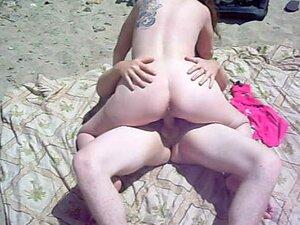 ภรรยา fucks คนแปลกหน้าที่หาดเนิน boony ขณะสามีนาฬิกาและวิดีโอ