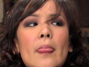 หลิน Jandi Live, Part 1 นี้เป็นส่วนหนึ่งของ Jandi Lin โชว์ ดิบ และโหดร้าย และทุกอย่างแฟนทาสที่แท้จริงต้องการดู สีดำ Cyd และแคลร์อดัมส์ได้อย่างไม่หยุดยั้งในการลงโทษของพวกเขา Jandi และซาร่าห์เจนซีลอน แทบไม่ได้เริ่มการแสดง และของ Jandi คอและมือบีบในสต็อกเป็น