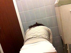 นั่งฉี่ในห้องน้ำสมัครเล่นกะพริบร้อนตูดและพวงบีเวอร์ มือสมัครเล่นนั่งฉี่ในห้องน้ำไม่
