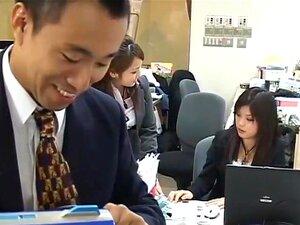 สะกดจิตลามกหลง มนุษย์เงินเดือนที่ทำงานงานน่าเบื่อของผู้หญิงในแผนกของเขา คือวันหนึ่งได้อุปกรณ์ดูตลก โดยคนเก่าที่สวนสาธารณะ เมื่อเขาเปิดอุปกรณ์ในสำนักงาน เขาจะสามารถถ่ายทอดข้อความอ่อนเกินและแนะนำเพื่อเรียกใช้การตอบรับจากสาว ๆ ในออฟฟิศ เช่น ในการเล่นตลกครั้ง