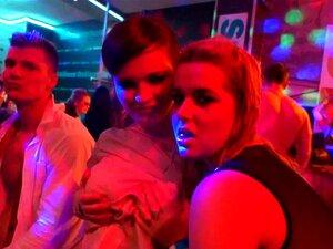 สาวร้อนเต้นรำ erotically ในสโมสร