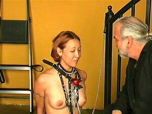 ระบบกันสะเทือนสำหรับน้ำผึ้งผมสั้นน่ารัก ดาเรียป่วย และเหนื่อยเก่า fashioned เพศ และที่ทำไมเธอตัดสินใจที่จะลองสิ่งใหม่ ๆ ที่ น่า ตื่นเต้นเพิ่มเติม ดังนั้นเธอจึงตัดสินใจไป BDSM ดันเจี้ยน และดูอะไรจะเกิดขึ้น เธอเอาเสื้อผ้าของเธอออก และเปิดเผยร่างกายเปลือยของ