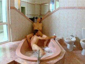 นม Buffy ระยำในจากุซซี่สำหรับโหลดของน้ำ