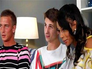 ร้อน ลาตินา bisex กระตุกวัยรุ่นสวยลาตินดูดดง bisex หนึ่งคนในขณะที่เขามีคำหนึ่งของเขา BF.s ในคลิปนี้ด้ง mmf