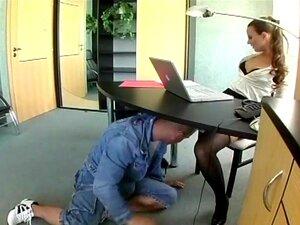 เลขานุการสติเฟื่องในชุดชั้นในร่วมเพศที่สำนักงาน