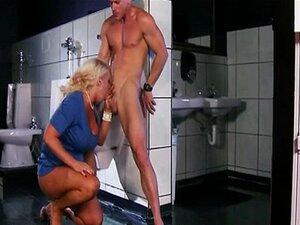 นมใหญ่บลอนด์เป็นร่วมเพศในห้องน้ำ