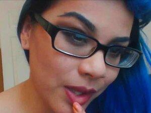 วัยรุ่นผมสีน้ำเงิน แว่นตา และทำให้วิดีโอสำหรับเว็บแคม tattooes
