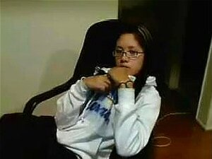 เอเชียกับแว่นตาสำเร็จความใคร่ วัยรุ่นเอเชียดีกับแว่นตาแถบลงในเว็บแคมนี้วิดีโอ เธอขึ้น hoodie ชุดชั้นใน และกางเกงในของเธอ และเริ่มใคร่และนิ้วเพศตัวเองเพื่อความสุข